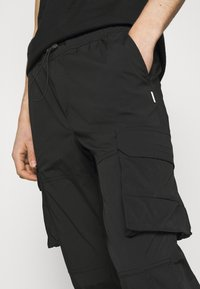 Jack & Jones - JJIGORDON JJROSS - Pantalon cargo - black - 4