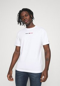 Tommy Jeans - LINEAR LOGO TEE - T-shirt med print - white - 0