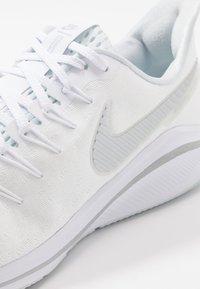 Nike Performance - AIR ZOOM VOMERO  - Laufschuh Neutral - white/metallic silver/aura - 6