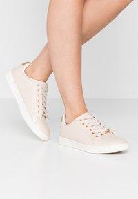 ONLY SHOES - ONLSHILOH - Zapatillas - beige - 0