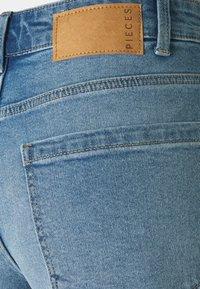 Pieces - PCPACY  - Jeansshorts - light blue denim - 2