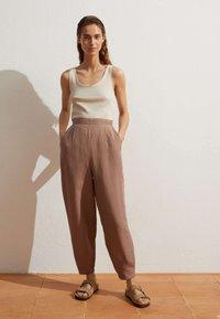 OYSHO - MIT LEINENANTEIL - Trousers - brown - 1
