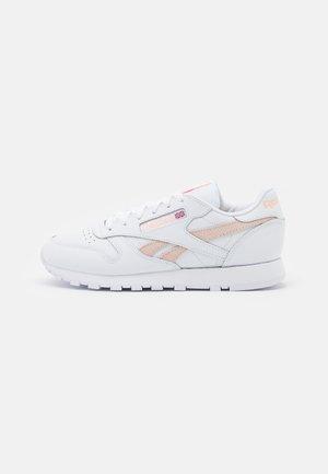 CLASSIC  - Zapatillas - white/aura orange/ceramic pink