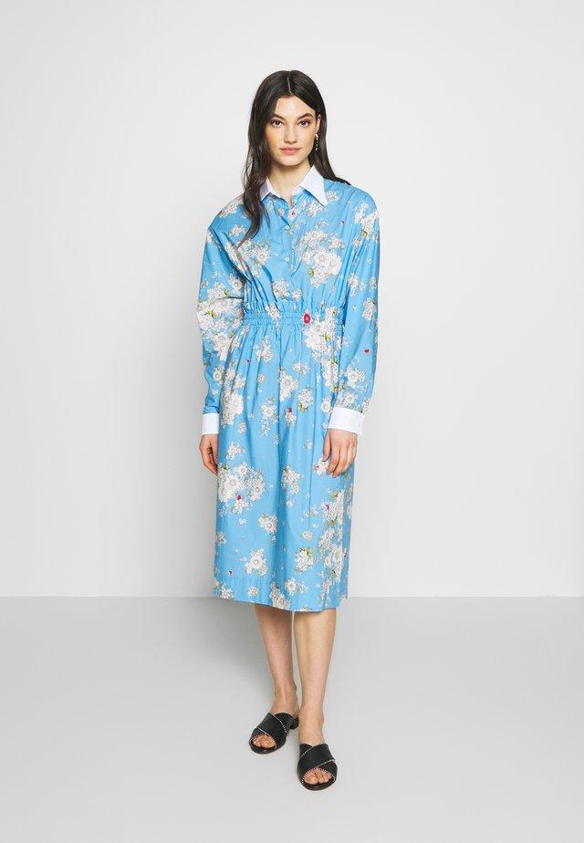 Sukienka letnia - fantasia base azzurra