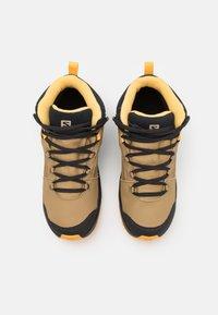 Salomon - OUTWARD CSWP UNISEX - Hiking shoes - safari/phantom/warm apricot - 3