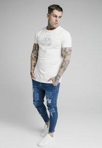 SIKSILK - FADE RHINE STONE BOX TEE - T-shirt med print - off-white - 1