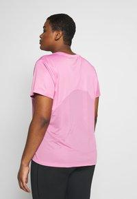 Nike Performance - DRY MILER PLUS - Basic T-shirt - magic flamingo/reflective silver - 2