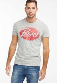 Petrol Industries - T-shirt med print - light grey melee - 0