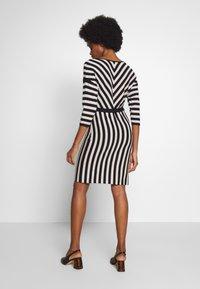 comma - DRESS - Pletené šaty - black - 2