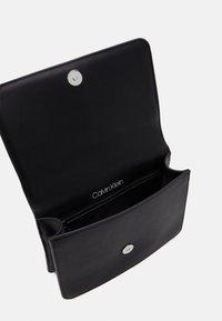 Calvin Klein - Sac bandoulière - black - 2