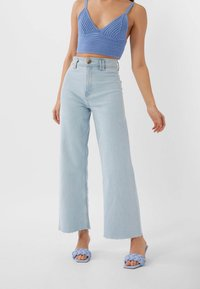 Stradivarius - NAHTLOSE CROPPED 01164837 - Flared jeans - blue - 0