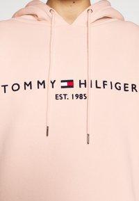 Tommy Hilfiger - TH ESS HILFIGER HOODIE LS - Hoodie - faded coral - 5
