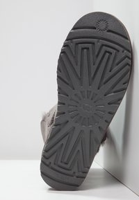 UGG - BAILEY BUTTON II - Classic ankle boots - grey - 5
