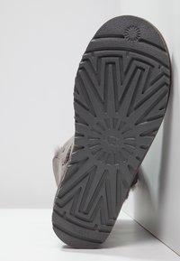 UGG - BAILEY BUTTON II - Kotníkové boty - grey - 5