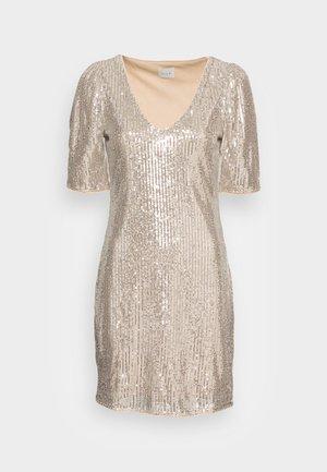 VISAVIAS SEQUIN V NECK DRESS - Robe de soirée - frosted almond