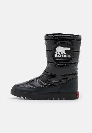 JOAN OF ARCTIC NEXT LITE MID PUFFY - Zimní obuv - black