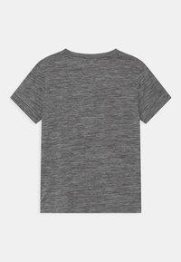 Nike Sportswear - PERFORMANCE UNISEX - T-shirts med print - smoke gray heather - 1