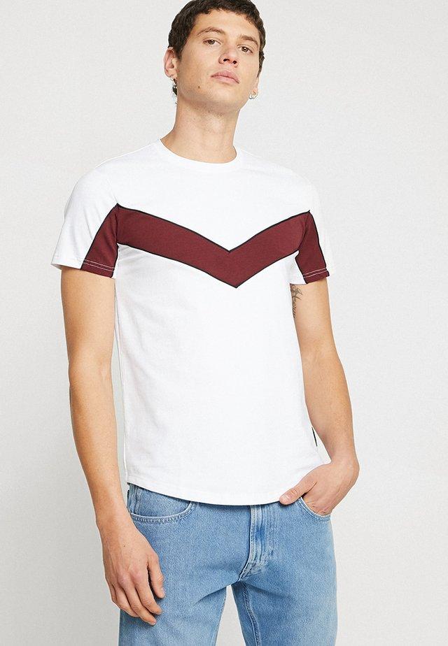 CREW-NECK TEE FEATURING CHEVRON COLOUR BLOCK - Basic T-shirt - white/burgundy