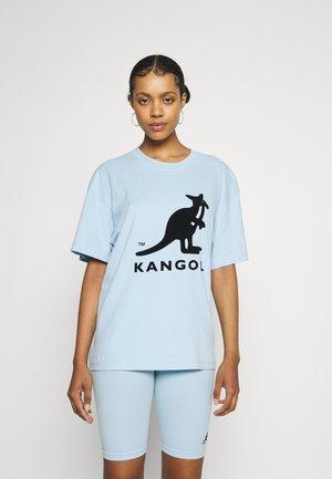 IDAHO BOXY FIT - Print T-shirt - light blue