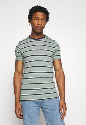 JORBOBBI - T-shirts print - green milieu