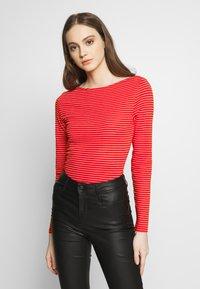 Vero Moda - VMGERI BOATNECK - Camiseta de manga larga - high risk red - 0