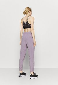 Under Armour - GRAPHIC PANTS - Pantalones deportivos - slate purple - 2