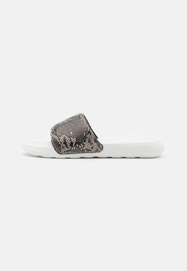 VICTORI SLIDE - Mules - desert sand/black/summit white