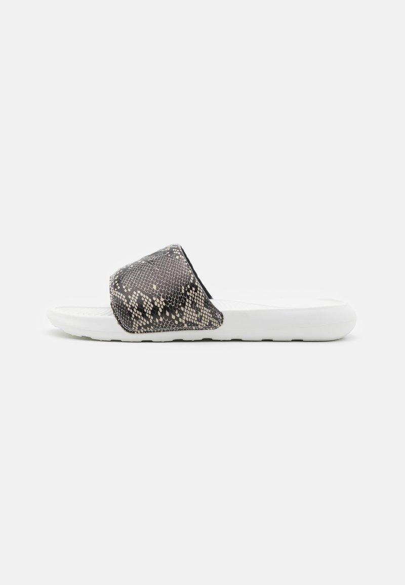Nike Sportswear - VICTORI ONE SLIDE PRINT - Mules - desert sand/black/summit white