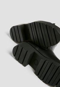PULL&BEAR - Kotníkové boty na platformě - black - 6