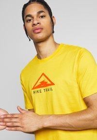 Nike Performance - DRY TEE TRAIL - Camiseta estampada - speed yellow - 3