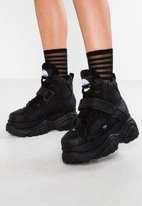Buffalo London - Höga sneakers - black - 0