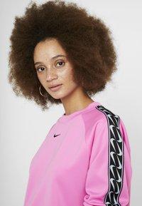 Nike Sportswear - CREW LOGO TAPE - Sweatshirt - china rose/black - 3