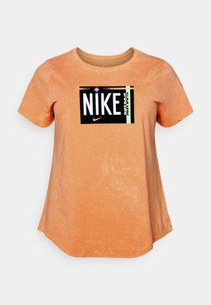 TEE WASH PLUS - Print T-shirt - atomic orange