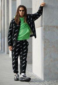 Nike Sportswear - AIR MAX 98 - Sneakersy niskie - platinum tint/black/electric green/bright crimson - 6