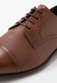 Burton Menswear London - BANKS EMBOSSED DERBY - Veterschoenen - tan - 5