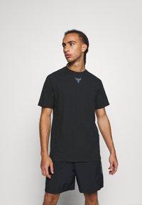Under Armour - PROJECT ROCK  - T-shirt z nadrukiem - black - 0