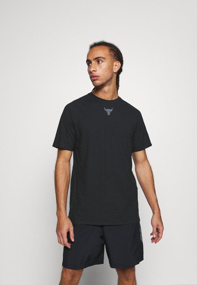 Under Armour - PROJECT ROCK  - T-shirt z nadrukiem - black