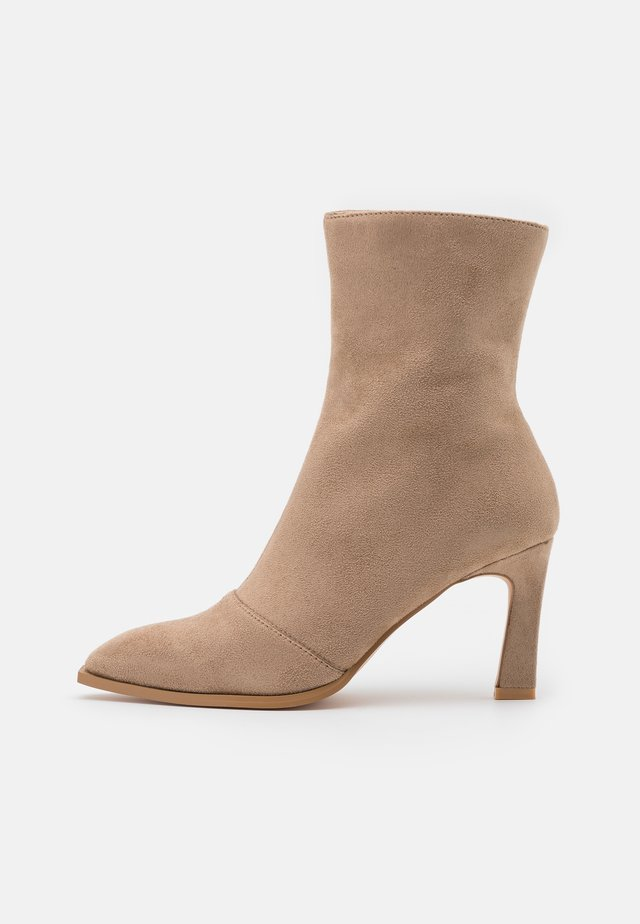 LOOK HEELED BOOTS - Classic ankle boots - beige