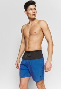 Puma - SWIM MEN LOGO MEDIUM LENGTH - Swimming shorts - blue / grey - 0