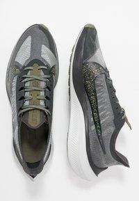 Nike Performance - ZOOM GRAVITY SE - Obuwie do biegania treningowe - dark smoke grey/black/medium olive - 1