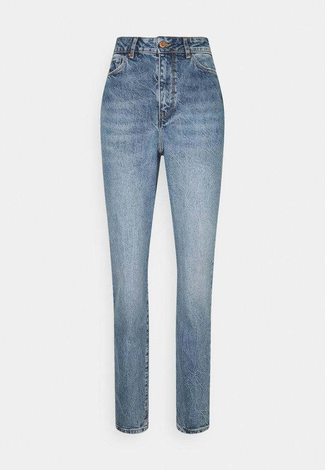 WAIST ENHANCE MOM HARRY - Relaxed fit jeans - mid blue