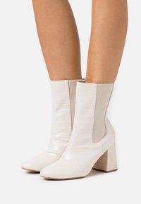 Missguided - HIGH SHAFT CHELSEA BOOT - Bottines - cream - 0