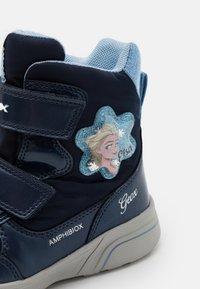 Geox - DISNEY FROZEN SVEGGEN GIRL ABX GEOX - Winter boots - Winter boots - navy/sky - 5