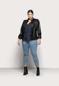 New Look Curves - BETH FLORAL FRONT PEPLUM - Blůza - black pattern - 1