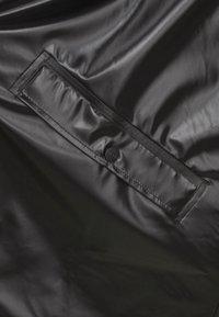 Rains - LONG JACKET UNISEX - Vodotěsná bunda - shiny black - 7