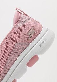 Skechers Performance - GO WALK 5 - Sportieve wandelschoenen - light pink - 5