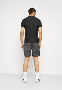 Nike Performance - Korte sportsbukser - black/white - 2