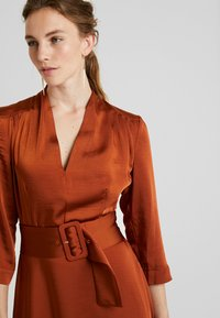 Gestuz - KAMRYN DRESS - Denní šaty - umber - 4