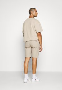 Tommy Jeans - BELTED CHINO SHORT - Szorty - stone - 2
