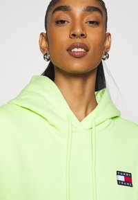 Tommy Jeans - BADGE HOODIE - Sweat à capuche - faded lime - 3